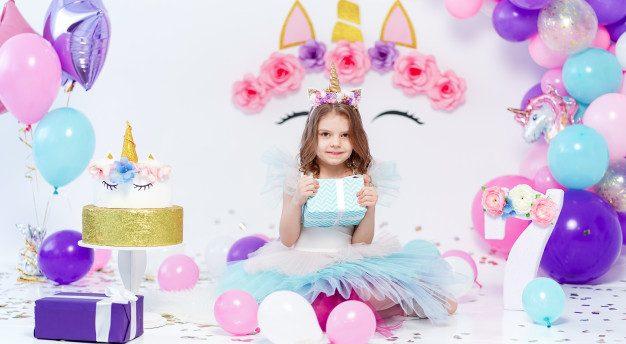 petite fille qui fete son anniversaire