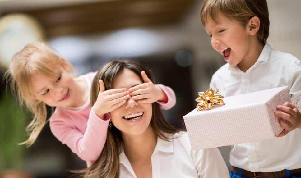 enfant offrant un cadeau a leur maman