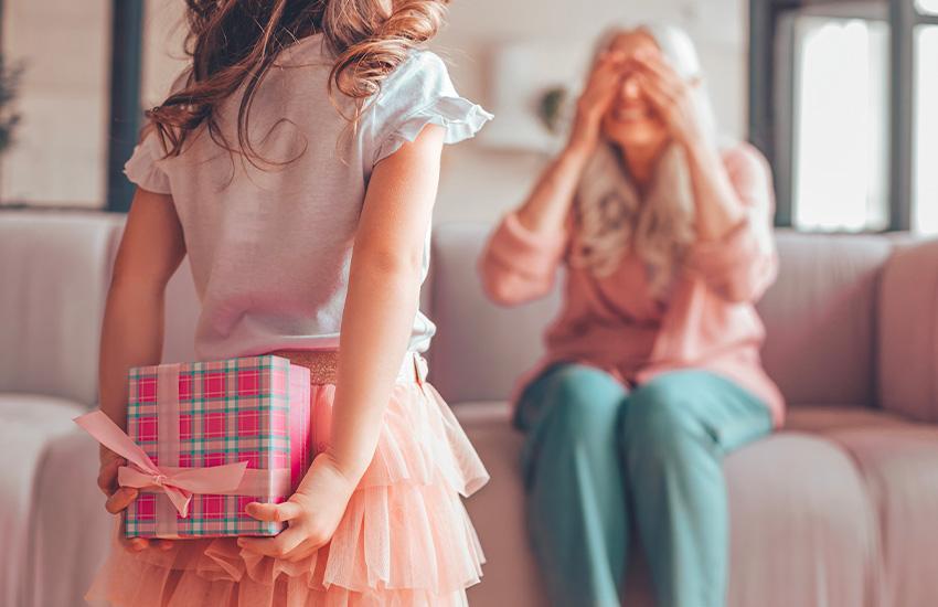fillette donnant un cadeau à sa grand mère