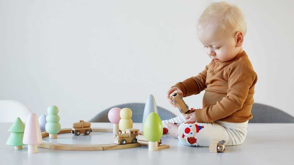 bébé jouant avec des jeux en bois