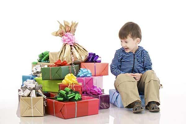 Garçonnet avec pleins de cadeaux