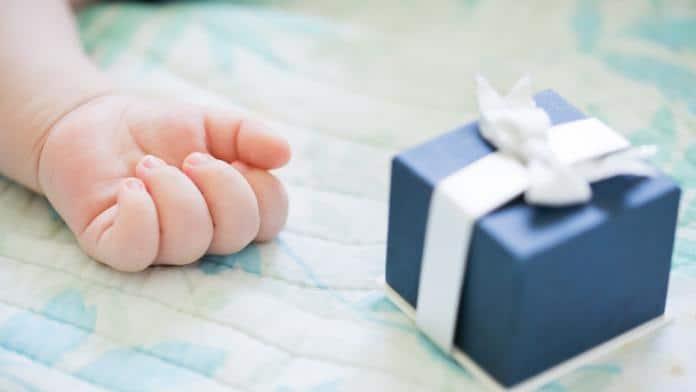 main de bébé avec un cadeau