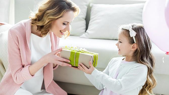 maman offrant un cadeau à sa fille