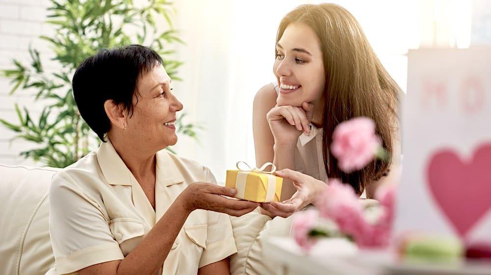 jeune femme offrant un cadeau à sa mère