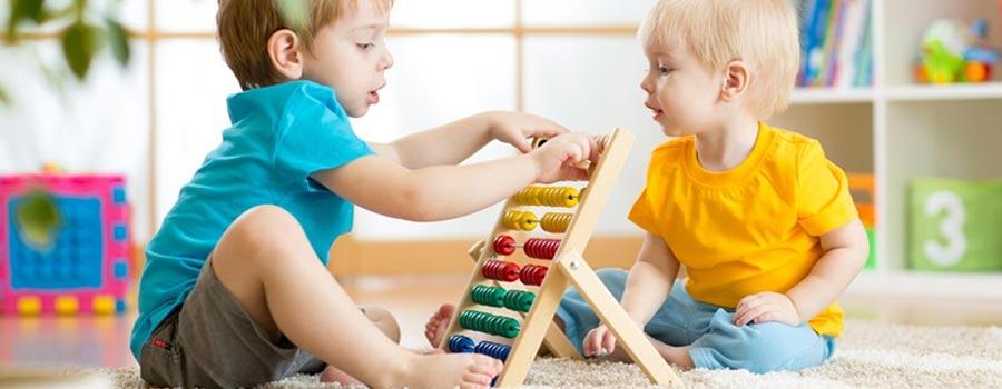 deux enfants jouant avec un jouet en bois